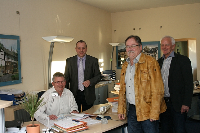 Verbandsbürgermeister Johannes Bell, Peter Josef Schmitz und Jochen Seifert bei einem Besuch im Bauberatungszentrum