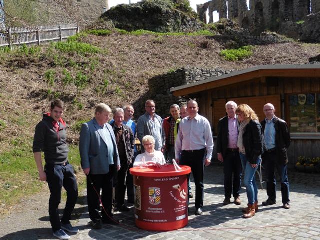 Die Mitglieder der FWG mit Petra Schneider bei der Besichtigung der Burg Olbrück