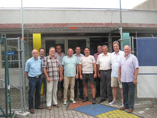 Die Mitglieder der FWG Brohltal besichtigen die Sanierungsarbeiten an der Grundschule in Burgbrohl