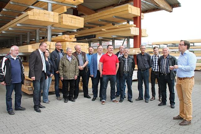 Die Mitglieder der Wählergruppe Henn und FWG Brohltal lauschen interessiert den Ausführungen von Ralf Henk von der Firma Holzbau Dahm GmbH