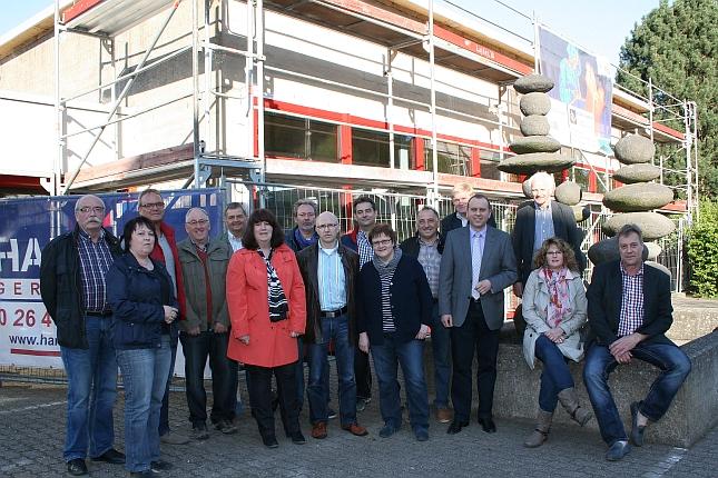 Die Mitglieder der FWG Brohltal und Burgbrohl überzeugen sich vom Fortgang der Arbeiten an der Grundschule in Burgbrohl – darunter die Fraktionssprecher Gerhard Göbel (FWG Burgbrohl) und Jochen Seifert (FWG Brohltal).