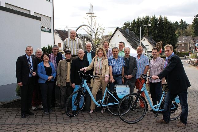Die zahlreichen Mitglieder der FWG Brohltal vor dem Rathaus beim Besuch des Tages der offenen Tür der Tourist-Information.