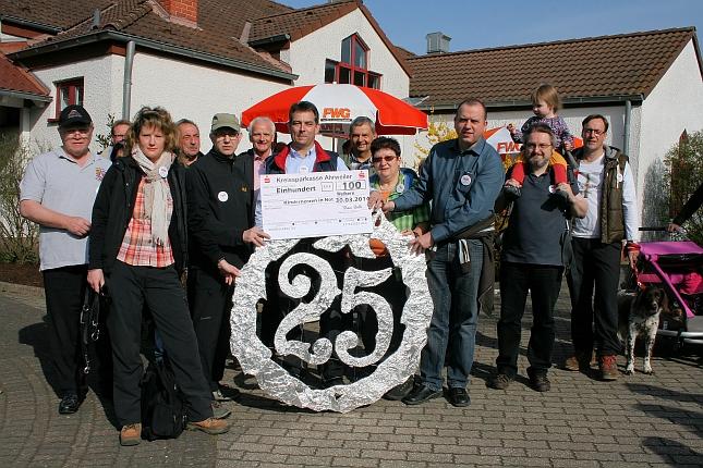 FWG Brohltal gratuliert der FWG Glees zum 25-jährigen Bestehen
